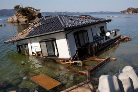 Một ngôi nhà bị trôi trong sóng thần ở Onagawa, tỉnh Miyagi. Ảnh: AFP.