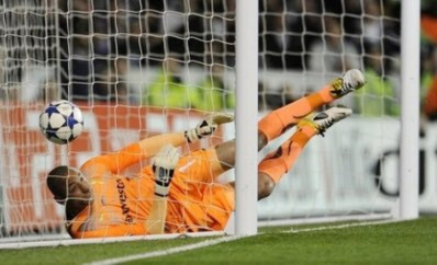 Gomes không kịp đẩy bóng khỏi khung thành sau cú sút của Ronaldo.