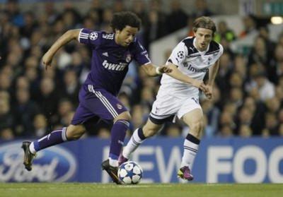 Real (áo đen) tỏ ra mạnh hơn hẳn so với Inter và Milan, những đối thủ gục ngã trước Tottenham ở hai vòng trước.