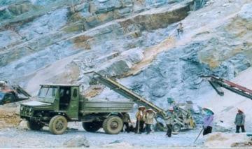 Sập mỏ đá, hàng chục công nhân bị vùi lấp