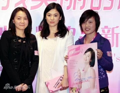 Cô chụp ảnh cùng những người hâm mộ của mình và tấm ảnh quảng cáo mỹ phẩm mới nhất.