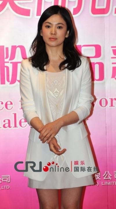 Giới truyền thông Trung Quốc muốn hỏi Song Hye Kyo cảm nghĩ về cuộc chia tay với Hyun Bin nhưng cô kiên quyết từ chối trả lời. Nữ diễn viên yêu cầu hướng nội dung cuộc phỏng vấn về các vấn đề làm đẹp và chăm sóc da.