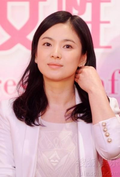 Song Hye Kyo là một trong những mỹ nhân có vẻ đẹp tự nhiên của Hàn Quốc. Khuôn mặt cô khi không trang điểm hay trang điểm nhẹ cũng đều rất đẹp.