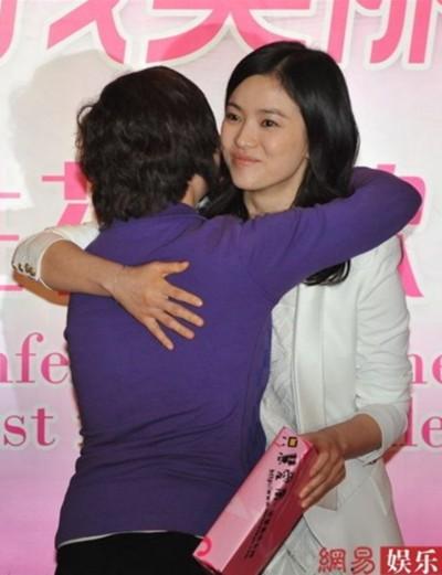 Tại sự kiện, một số người hâm mộ bản xứ đã có mặt và mang theo quà tặng Song Hye Kyo, khiến nữ diễn viên rất vui.