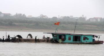 Tàu hút cát lộng hành trên sông Hồng