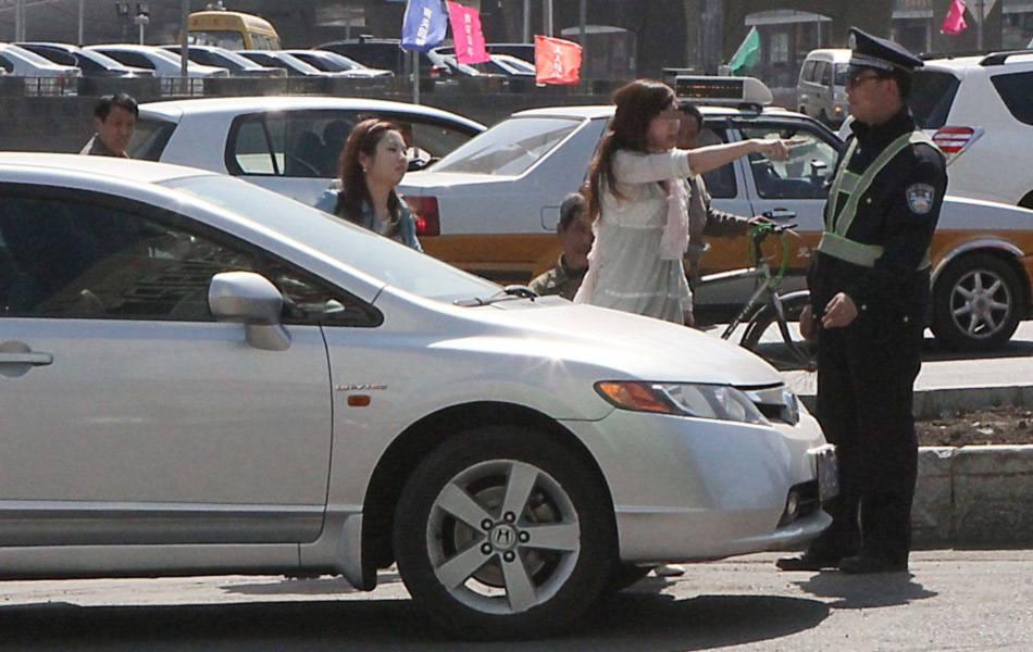 Người phụ nữ trẻ đi chiếc Honda bạc đứng chỉ tay quát CSGT trên phố dù cô là người phạm luật.