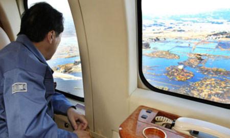 Thủ tướng Naoto Kan đi máy bay thị sát các vùng chịu ảnh hưởng thảm họa. Ảnh