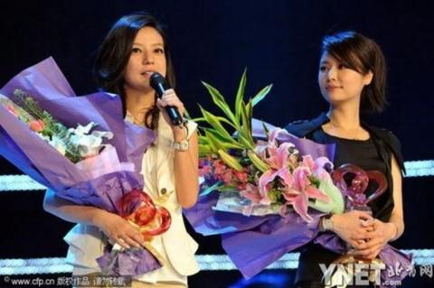 Hai ngôi cùng nhận hoa và quà của tổ chức Top China Charity vì những cống hiến cho hoạt động từ thiện.