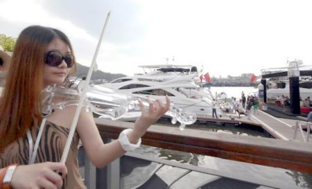 Nghệ sĩ violin trình diễn tại hội chợ đồ xa xỉ Sanya (Trung Quốc) khai mạc hôm 1/4. Nơi đây trưng bày nhiều mẫu du thuyền, máy bay tư nhân và đồ dùng dành cho giới siêu giàu.