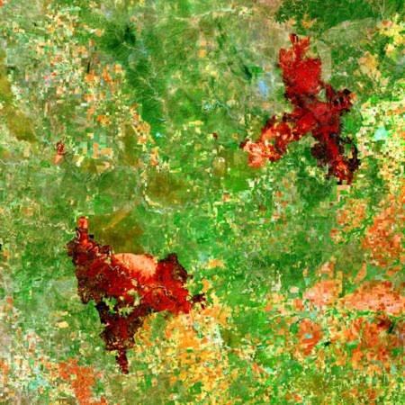 Phần màu đỏ là những đám cháy rừng ở miền tây bắc bang Texas. Hình ảnh này được chụp từ vệ tinh của NASA vào ngày 18/4 vừa qua. Hai đám cháy ở bang Texas đã thiêu trụi hơn 113.312 ha rừng ở khu vực này.