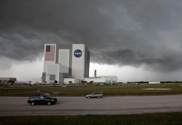Mây đen bao phủ khu vực bệ phóng tàu con thoi Endeavour tại Trung tâm vũ Kennedy ở bang Florida. Sứ mệnh bay cuối cùng của tàu con thoi Endeavour bắt đầu vào ngày 29/4 trước khi trở về Trái đất 14 ngày sau đó.