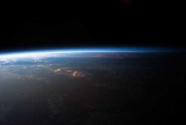 Hình ảnh Mặt trời sắp lặn ở Nam Phi trong như một thiên đường kỳ ảo, được một nhà du hành vũ trụ chụp từ Trạm không gian quốc tế ISS vào ngày 12/4.