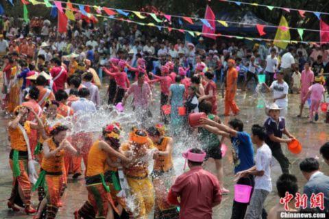 Tưng bừng lễ hội té nước tại châu Á