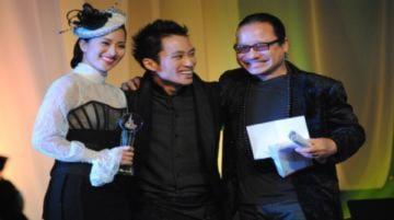 Tùng Dương nhận giải ca sĩ 'Cống hiến'