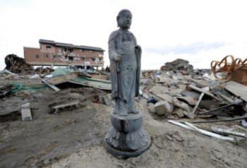 Tượng Phật đứng vững giữa đống đổ nát sau sóng thần