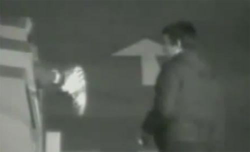 Video giải thoát tên trộm mắc kẹt trong thùng quần áo