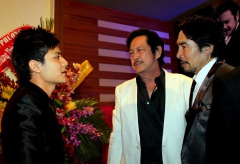 Nghệ sĩ Nguyễn Chánh Tín (áo trắng) cũng tranh thủ hỏi han tình hình của Vĩnh Thụy.