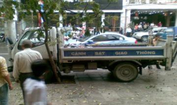 Xe cảnh sát mất lái, tông cột điện gần hồ Gươm
