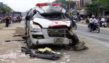Xe cứu thương đâm xe tải, 4 người chết