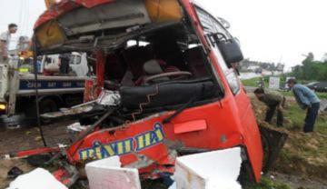 Xe khách đấu đầu xe tải, 3 người chết