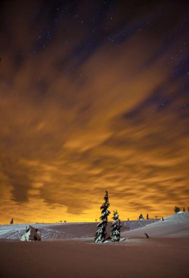 Mây trên trời bừng sáng
