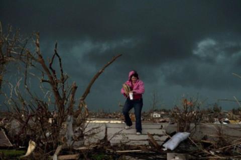 Một người dân ở Joplin thu thập kỷ vật từ căn nhà của anh trai trước khi cơn bão thứ hai ập tới. Ảnh: AFP.