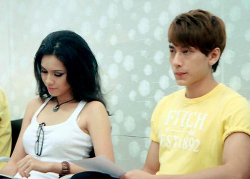 Hoàng My và chàng Isaac của 365. 'Các thành viên của nhóm rất thích thú khi được học cùng với Hoàng My. Cô ấy thông minh, dễ thương và nhóm tin Hoàng My sẽ ghi điểm tại đấu trường Miss Universe ở Brazil năm nay.', Isaac chia sẻ