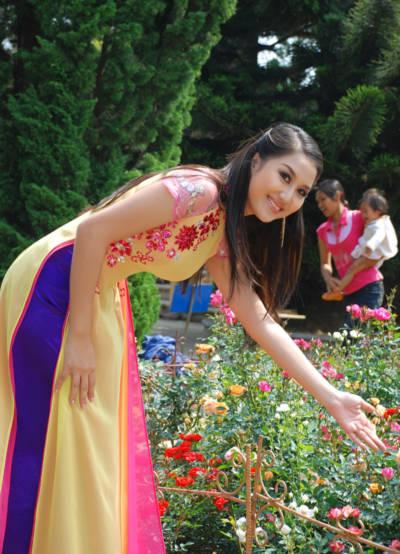 Trong bộ ảnh này, Á hậu Ngọc Trâm thể hiện bộ sưu tập áo dài mang tên 'Hương Xuân' của nhà thiết kế Vũ Phong.