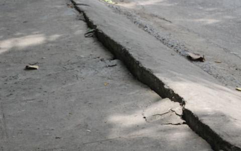 Đà Nẵng: Đường nứt toác và xuất hiện 'hố tử thần'