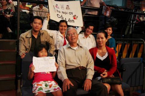 Gia đình 4 thế hệ đi cổ vũ trong chương trình Tiếng hát mãi xanh. Ảnh: ST