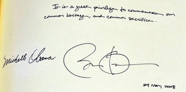 Chữ ký của Obama giống… khủng long đang giỡn bóng?