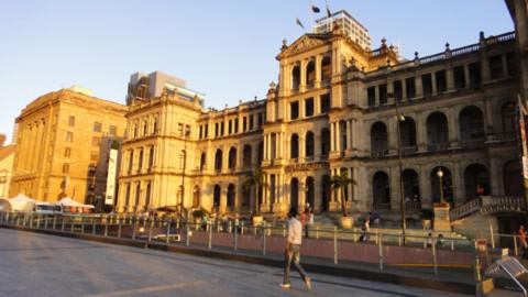 7. Treasury Casino là điểm nhấn kiến trúc của thành phố Brisbane. Ở những thành phố lớn của Asutralia, những công trình cổ vẫn được giữ lại nguyên vẹn, chỉ thay đổi bên trong tùy theo mục đích sử dụng. Ngay phía dưới tòa nhà này là hệ thống đường hầm cho xe bus dẫn vào trạm trung tâm phía dưới khu thương mại Myer Centre.