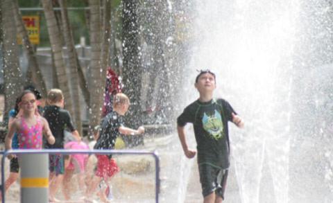 Trẻ em vui đùa ở khu hổ bơi và biển nhân tạo tại Southbank Parklands, chỉ cách khu Brisbane CBD khoảng năm phút đi bộ.
