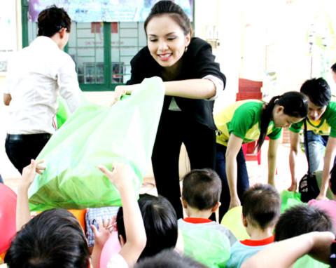 Diễm Hương hăng hái phát quà cho các em nhỏ.