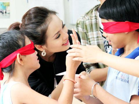 Diễm Hương tham gia các trò chơi cùng với các em nhỏ