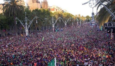 Hàng nghìn CĐV Barca đổ ra đường mừng chiến thắng