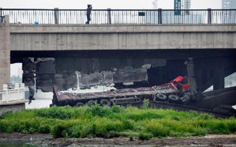 Cây cầu được xây vào năm 1989, sau đó được mở rộng vào năm 1995. Cây cầu có tải trọng 15 tấn.