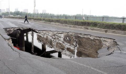 Theo các phóng viên có mặt tại hiện trường, khoảng mặt đường bị sập có chiều dài 14 m và chiều rộng 5 m. Hố tử thần được tạo ra tại đúng đoạn cầu được mở rộng năm 1995.
