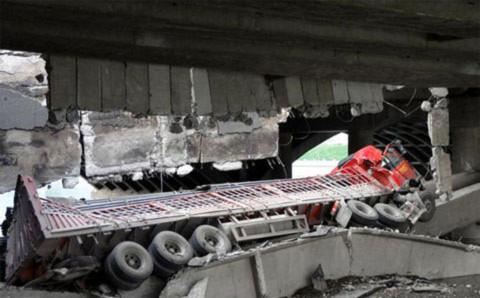 Nguyên nhân tai nạn ban đầu được xác định là do cây cầu bị quá tải. Đoạn đường quanh hiện trường tai nạn đang được phong tỏa để điều tra.