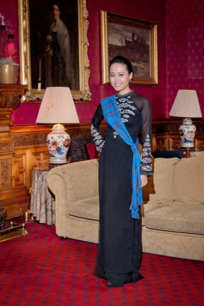 Khi cùng đoàn lưu lại tại một lâu đài cổ ở Scotland, Hồng Ánh diện bộ áo dài truyền thống Việt Nam màu đen tuyền với các họa tiết trắng nền nã. Cô còn vắt chéo chiếc khăn tartan sash - chiếc khăn đặc trưng của người phụ nữ Scotland - để tạo dáng.