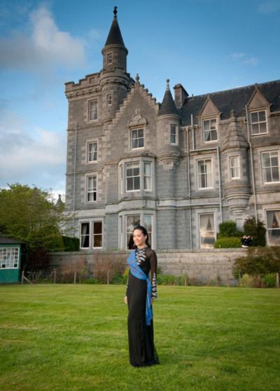 Nữ diễn viên xinh đẹp diện áo dài khoe dáng trước lâu đài cổ, nơi đoàn nghệ sĩ Việt Nam lưu lại.