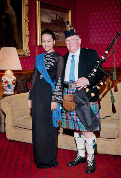 Diễn viên Hồng Ánh bên một người khách Scotland.