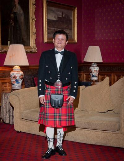 Đạo diễn Thanh Vân ngộ nghĩnh trong bộ trang phục truyền thống của đàn ông Scotland.