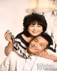 Huỳnh Hiểu Minh cùng mẹ chụp ảnh thời trang