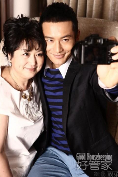 """Nam diễn viên cũng không ngần ngại nắm tay mẹ khi đi dạo phố mua sắm. Anh kể: """"Tôi chỉ cho mẹ sử dụng iPhone và mua hàng qua mạng trên trang Taobao""""."""