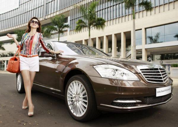 Jennifer Phạm đẹp lộng lẫy bên xe siêu sang Mercedes