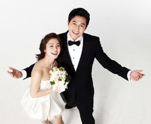 Bộ ảnh được thực hiện trước scandal kết hôn bí mật của Lee Ji Ah, bạn gái của Jung Woo Sung. Vì thế người hâm mộ được thấy một Jung Woo Sung rạng ngời tươi tắn, trong khi nam diễn viên hiện tại đang suy sụp và cần thư giãn để lấy lại cân bằng sau cú sốc tinh thần.