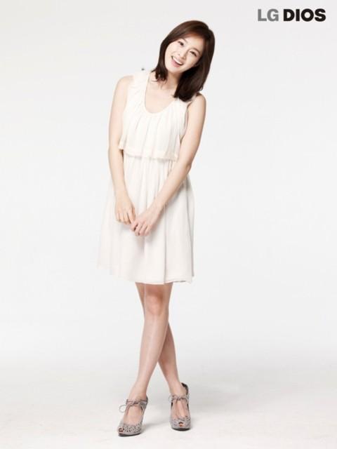 Vẻ đẹp của Kim Tae Hee ngời sáng trong những bộ váy đơn giản.