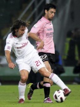 Pirlo (áo trắng) từng chơi rất hay trong màu áo Milan.