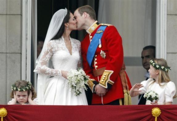 Thái tử William và Kate Middleton chính thức tổ chức lễ kết hôm vào ngày hôm qua 29/4. William đang trao nụ hôn say đắm cho Kate trên bancon của cung điện Buckingham trước sự chứng kiến của hàng nghìn người dưới quảng trường.